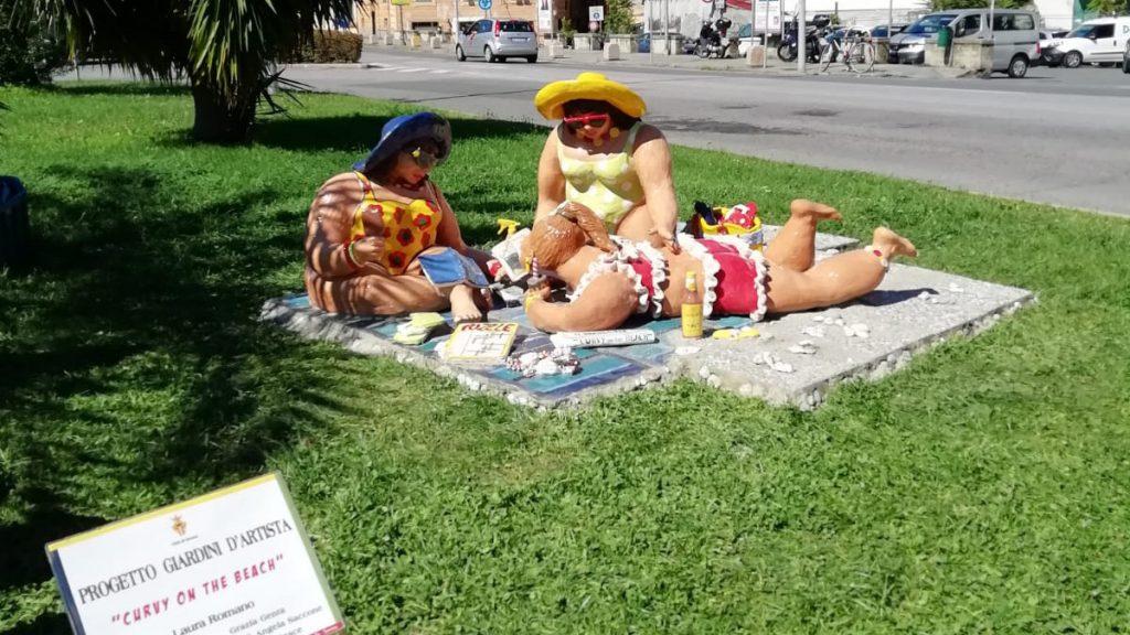la-statua-in-creta-curvy-on-the-beach-a-savona