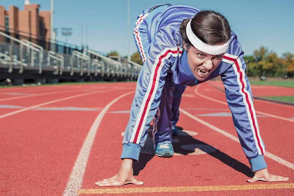 Donna partenza pista atletica