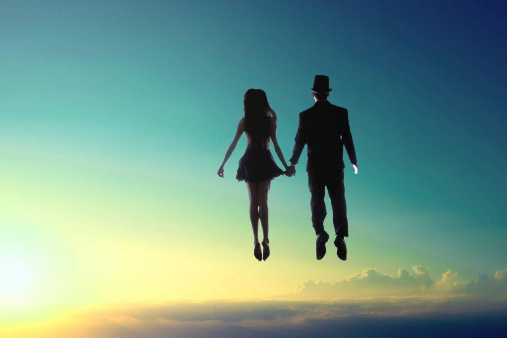 Uomo e donna volano orizzonte