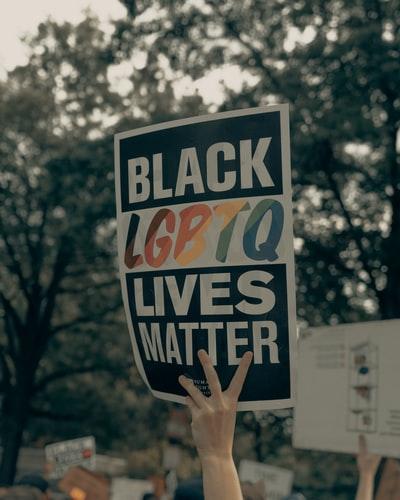 manifestanti al transgender day of remembrance
