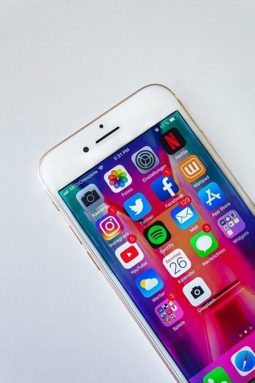 cellulare con icone social